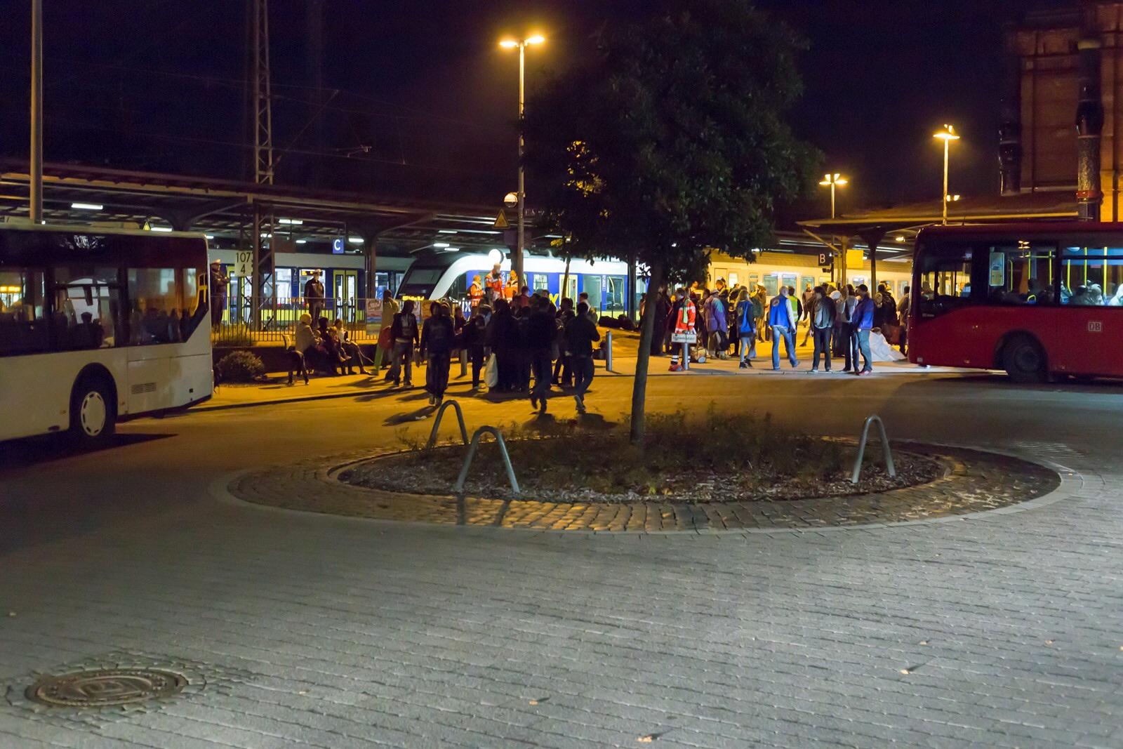 Vierter Flüchtlingszug am 23.09.15 im Uelzener Bahnhof angekommen