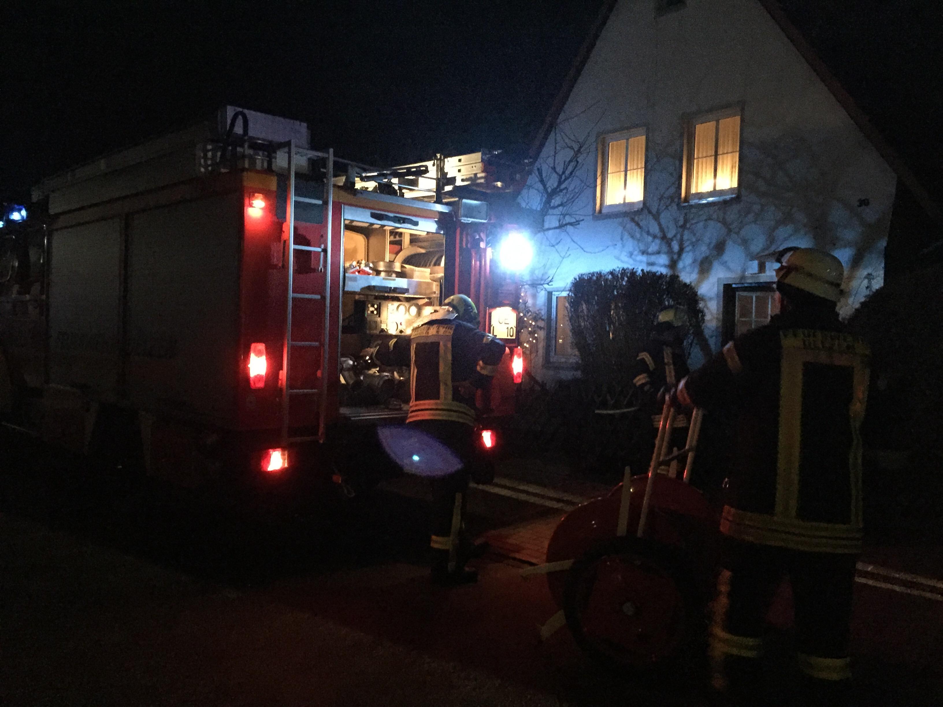 313. Brennt Baum an Gebäude