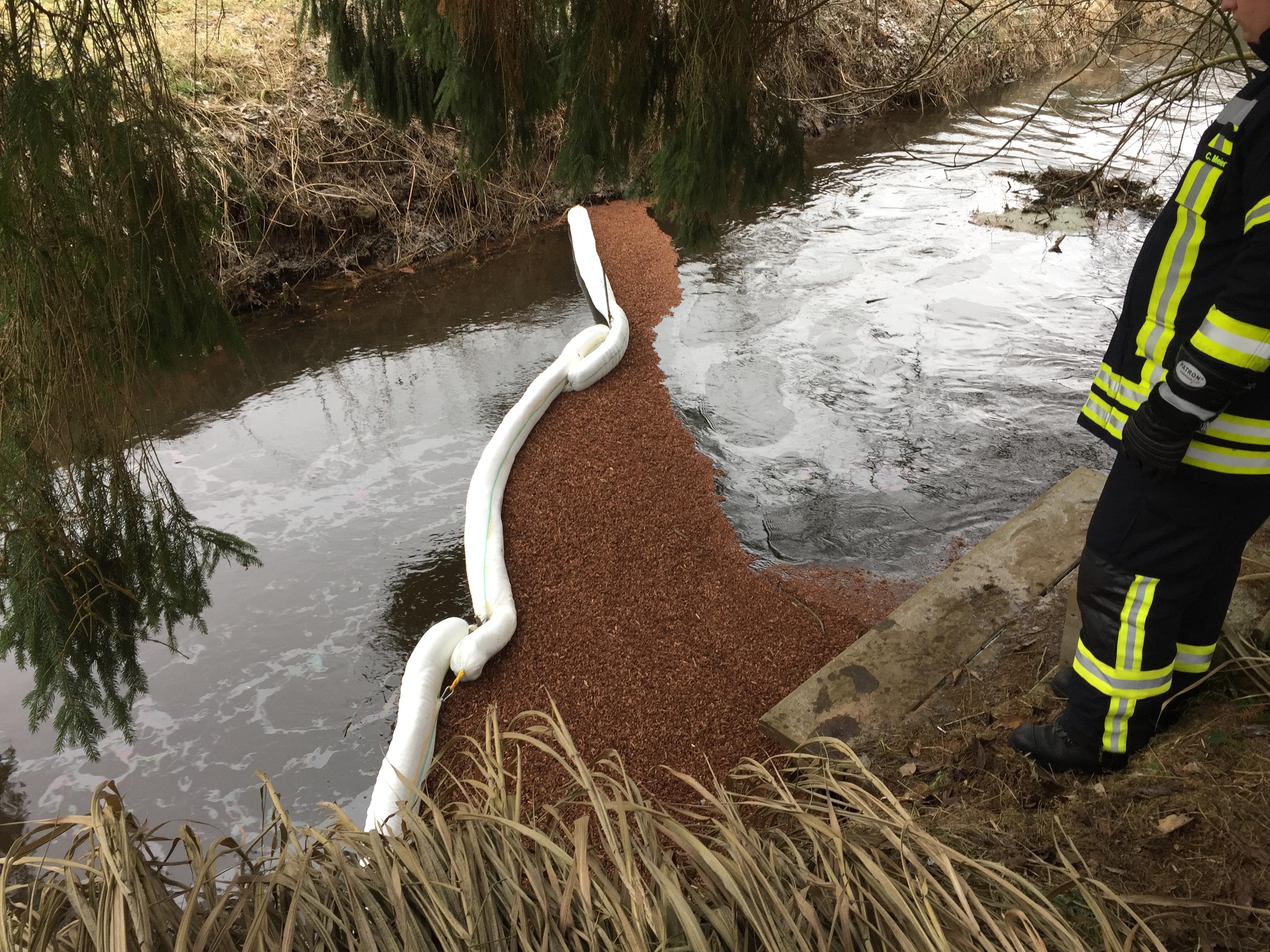 015. Gewässerverunreinigung auf der Hardau - Aufbau Ölsperre