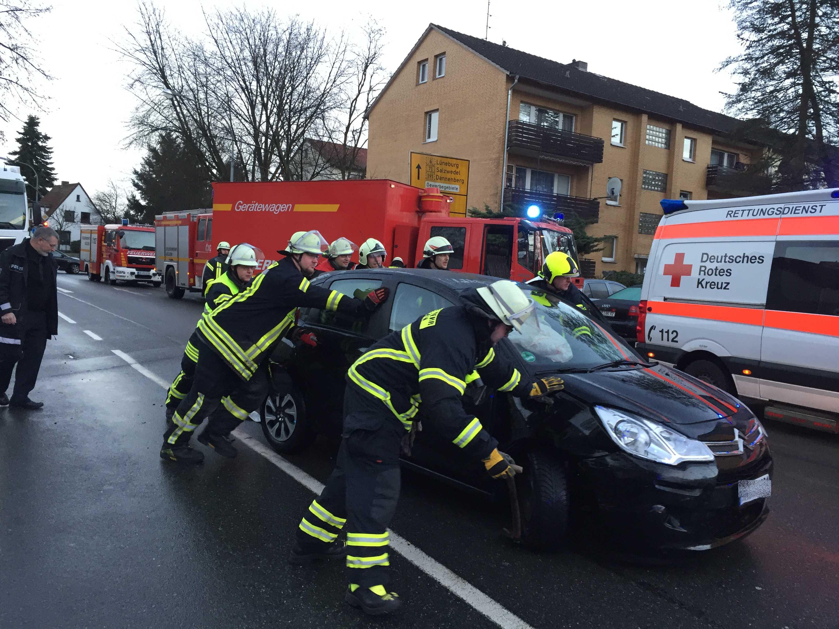 019. Auslaufende Betriebsstoffe nach Verkehrsunfall