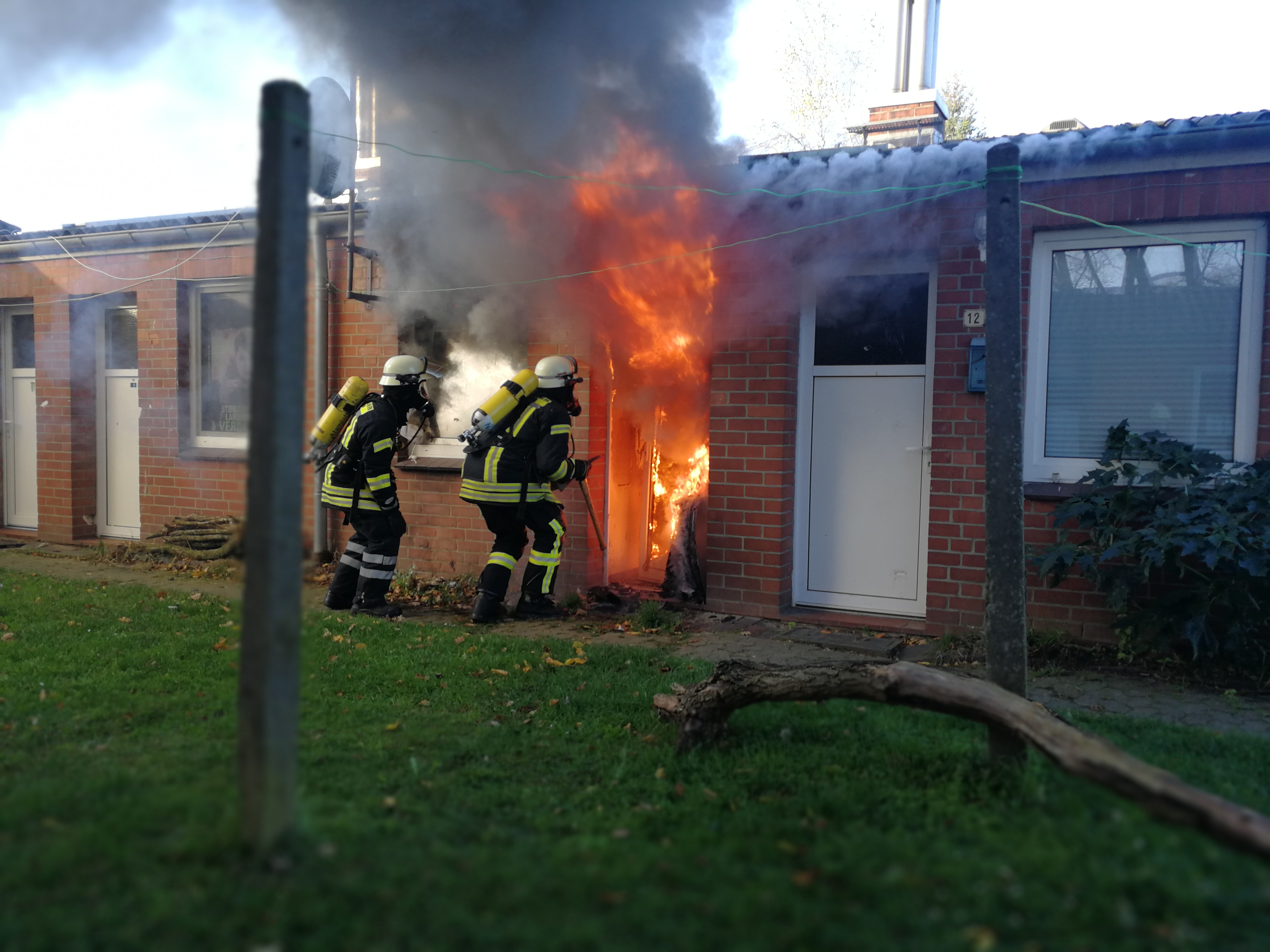 300. F2Y - Zimmerbrand - Menschenleben in Gefahr