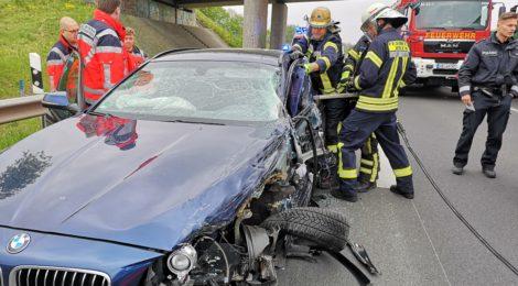 077. Verkehrsunfall Groß - eingeklemmte Person - PKW gegen LKW