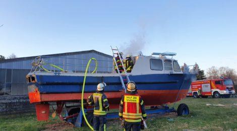 048. F2 - Brennt Boot - droht auf Lagerhalle überzugreifen