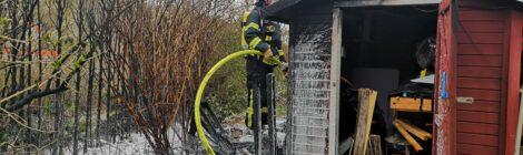 062. B2 - Brennt Hecke - greift auf Holzschuppen über